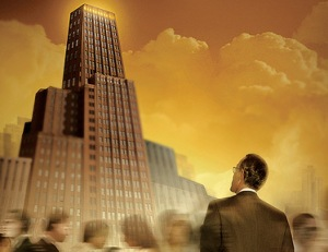 L'ambition représentée par un homme d'affaire arrêté en plein milieu d'une foule regardant un gratte-ciel