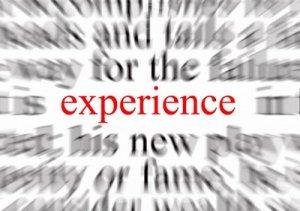 """Le mot """"experience"""" mit en évidence en rouge et sur un fonds de mots flous."""