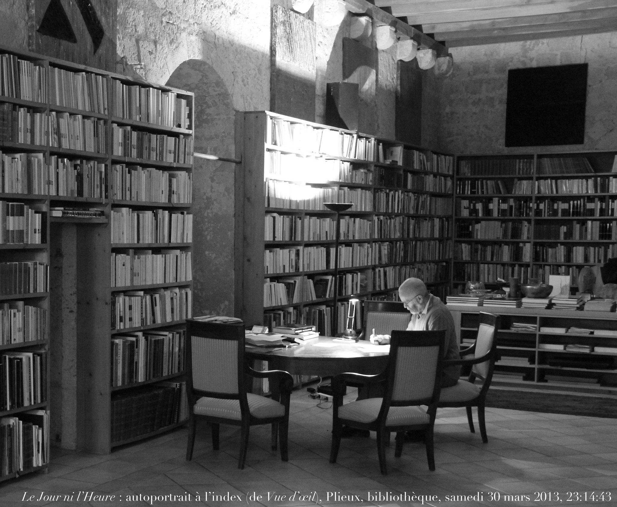 Le Jour ni l'Heure 2861 : autoportrait à l'index (de Vue d'œil), Plieux, bibliothèque, samedi 30 mars 2013, 23:14:43